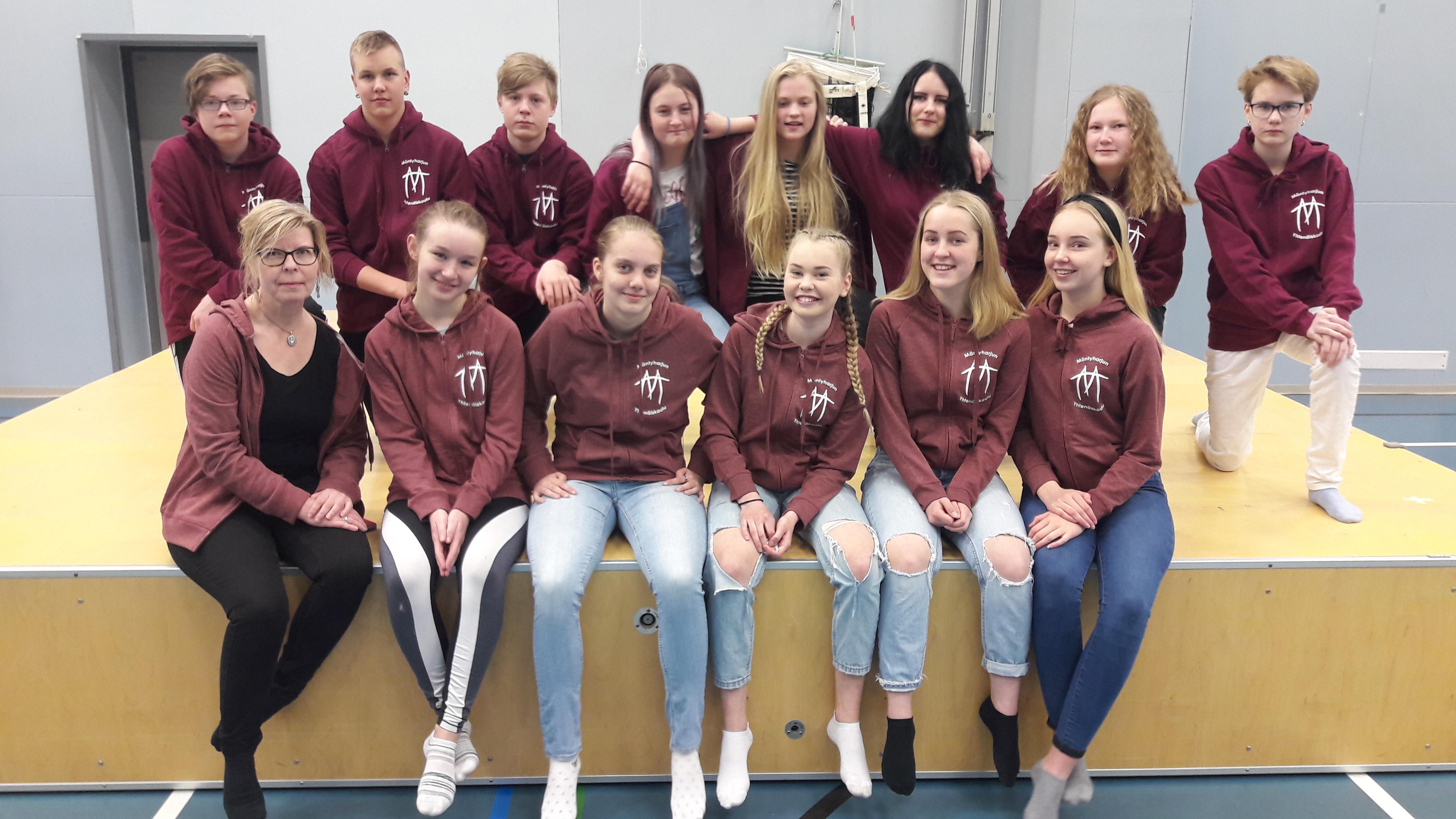 Annamari Niskanen ja Mäntyharjun yhtenäiskoulun tukioppilaat.