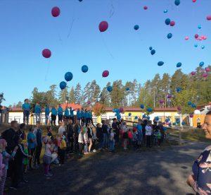 eroakiireesta_Mäntyharjun koulun koulurauhan julistus_ilmapalloja