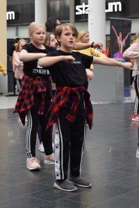 eroakiireesta_Niko tanssii cheerleading -ryhmän kanssa Stellassa_Mikkeli_Mikkelin seutu
