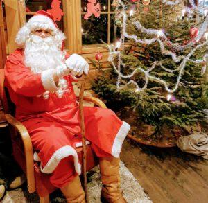 eroakiireesta_joulupukki ja kuusi_Pertunmaa_Heidi Manninen_Mikkelin seutu