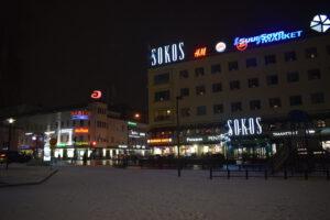 eroakiireesta_Mikkelin kauppakeskukset Akseli ja Stella_talvi-ilta