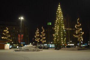 eroakiireesta_Mikkelin torin joulukuusi ja jouluvaloja