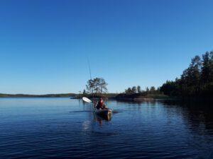 eroakiireesta_nuori kalastaja melomassa Saimaalla_Puumala_kuva_Sanna Korhonen
