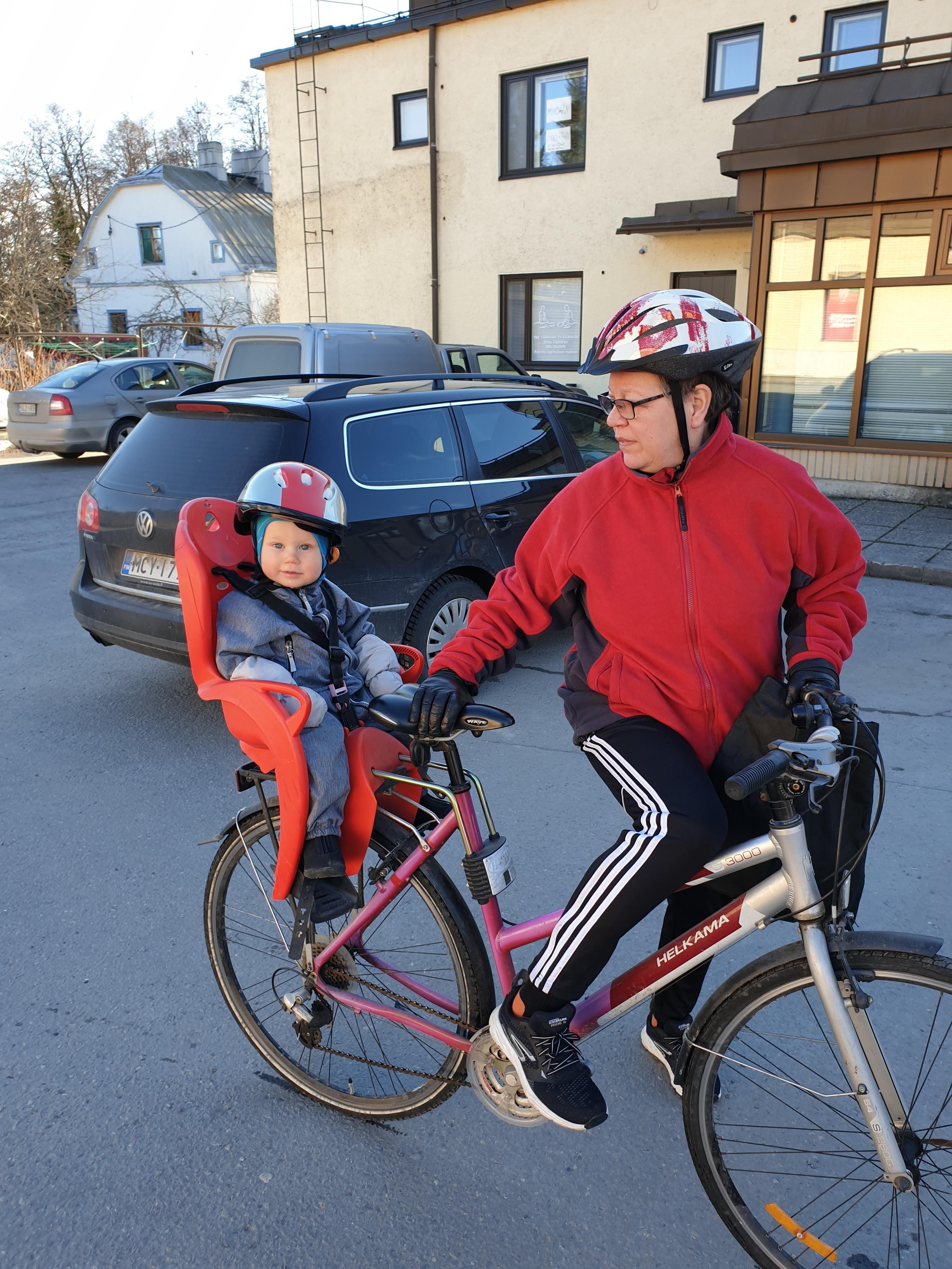 Paula Liukkonen pyöräilemässä. Hirvensalmi.