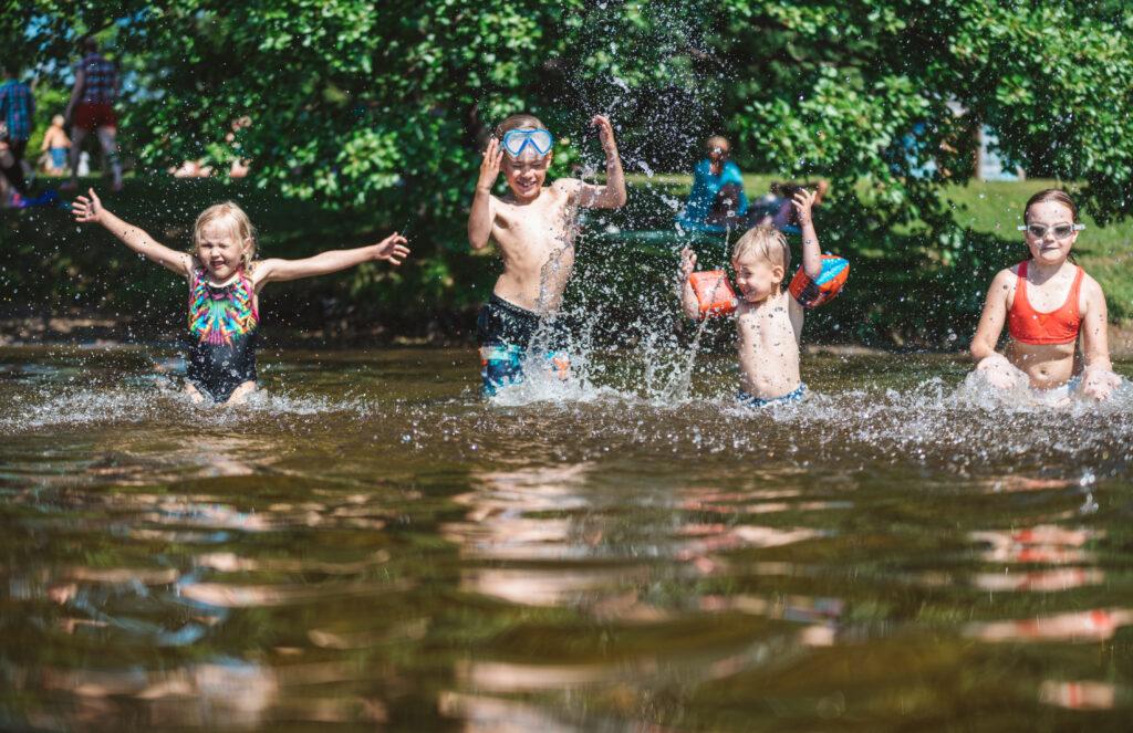 Lapset uimassa. Pitkäjärvi Mikkeli. Kuva Kontrastia Pihla Liukkonen.