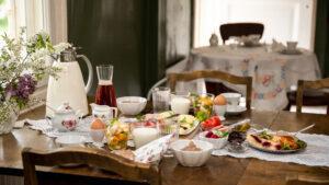 B&B Pinuksen aamupalapöytä Mäntyharju.