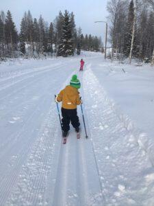 Lapset hiihtämässä. Puumala. Mikkelin seutu.
