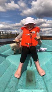 Tyttö soutelee. Kuva Tiia Korhonen-Arkko. Kangasniemi.
