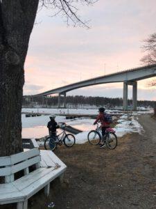 Lapset pyöräilemässä Puumala. Mikkelin seutu.
