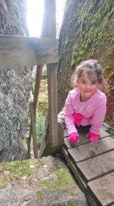 Lapsi luontopolun portailla. Kuva Tiia Korhonen-Arkko. Kangasniemi.