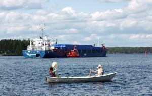 Soutuvene ja rahtilaiva Saimaalla Puumalassa.