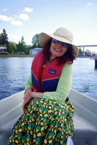 Nainen soutuveneessä Puumalassa.