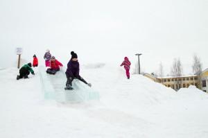 Lapset mäenlaskussa talvella Mikkelin torilla.