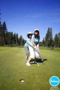 Naiset opettelee golfaamaan PuulaGolfilla Kangasniemellä.