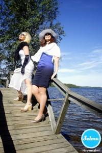 Nauravat naiset sillalla Hirvensalmella.