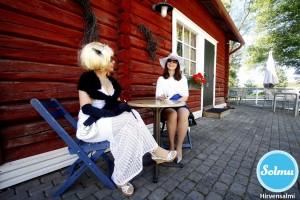 Hienot naiset kahvilan terassilla Hirvensalmella.