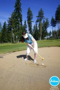 PuulaGolf Kangasniemi, hiekka lentää lyödessä.