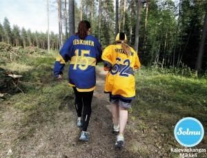 Jukuri paitaiset naiset lenkkeilee Mikkelin Kalevankankaalla.