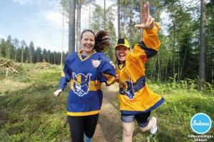 Naiset Jukuri paidoissa lenkillä Mikkelin Kalevankankaalla.