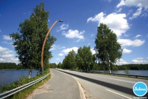Maantietä veden äärellä Kangasniemellä.