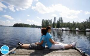 Naiset Kangasniemen venelaiturilla.