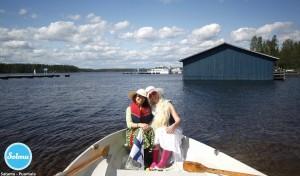 Kaverukset soutuveneessä Puumalan satamassa.