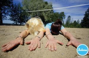 Naiset mahallaan Hirvensalmen hiekkabiitsillä.
