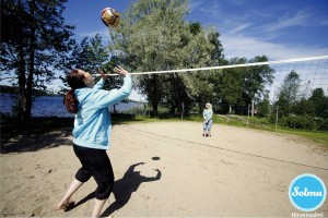 Rantalentopalloa Hirvensalmen rantabiitsillä.
