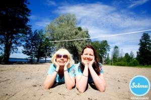 Hymyilevät naiset hiekkabiitsillä Hirvensalmella.