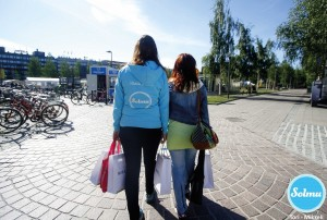 Naiset shoppailleet ja menossa torikahville Mikkelin torille.